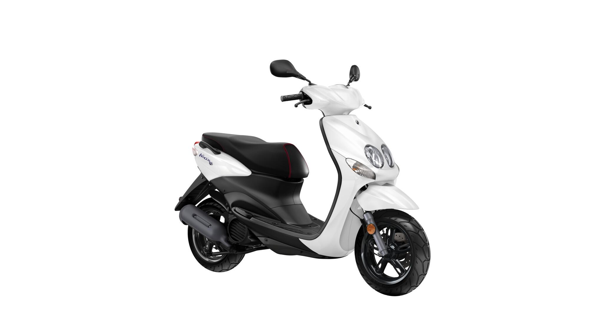 Yamaha-Neo's-4-beyaz-50-cc-ehliyet-gerektirmeyen-motor-b-ehliyetiyle-kullanılabilen-motor